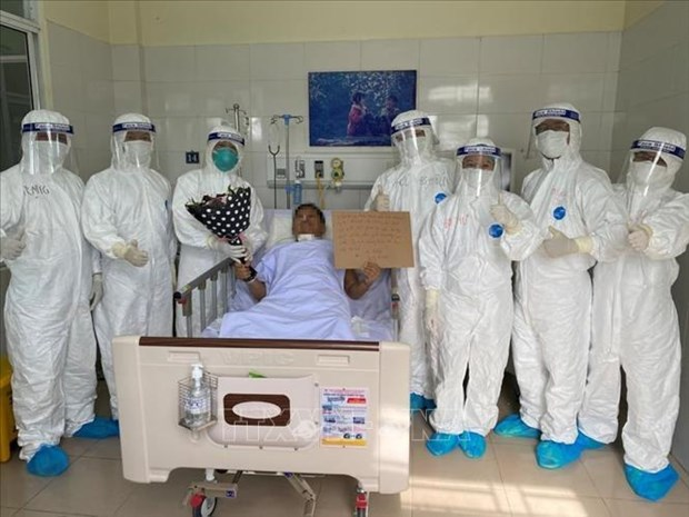 Four more COVID-19 patients discharged from hospital hinh anh 1