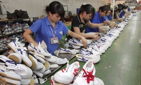 Footwear businesses adapt to COVID-19 pandemic hinh anh 1