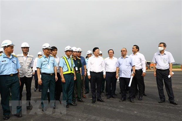Deputy PM inspects runway upgrading at Noi Bai airport hinh anh 1