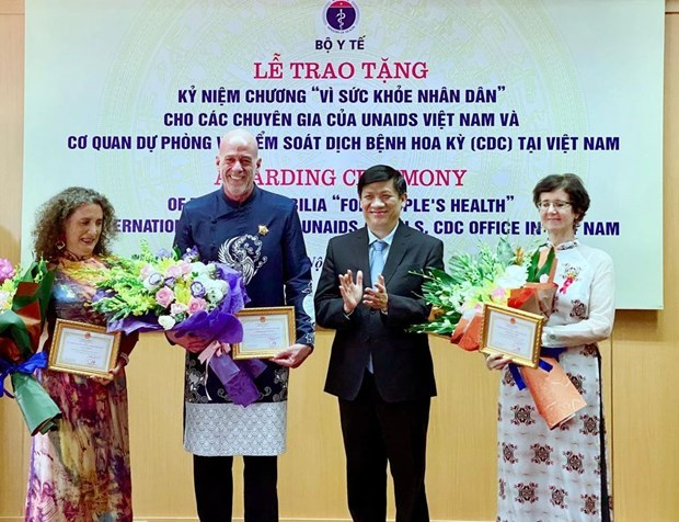 Three foreign experts honoured for supporting health sector in Vietnam hinh anh 1