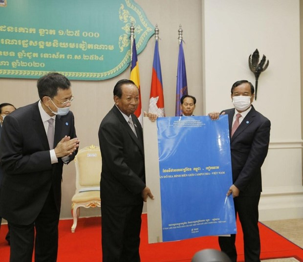 Cambodia hands over copies of Cambodia-Vietnam topographic map to relevant agencies hinh anh 1