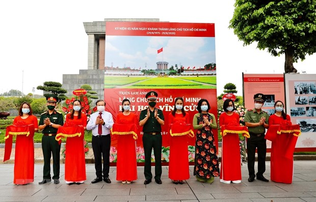 Photo exhibition spotlights President Ho Chi Minh Mausoleum hinh anh 1