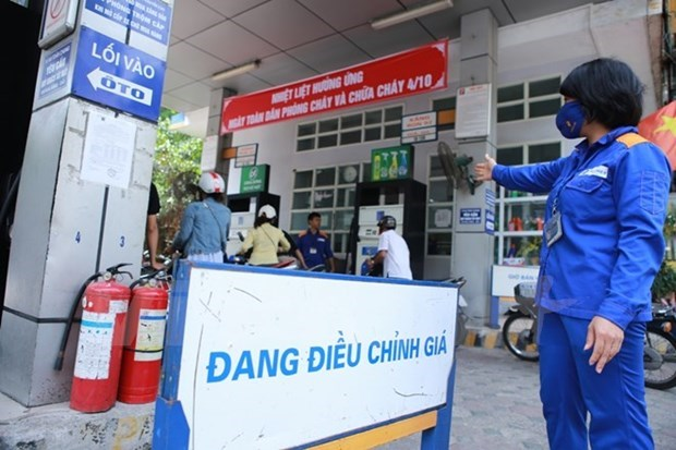 Price of RON95 petrol up slightly on August 27 hinh anh 1