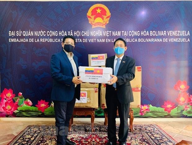 Vietnam presents medical equipment to Venezuela hinh anh 1