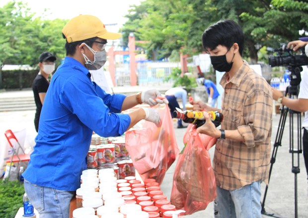 COVID-19-hit students in Da Nang offered free goods hinh anh 1