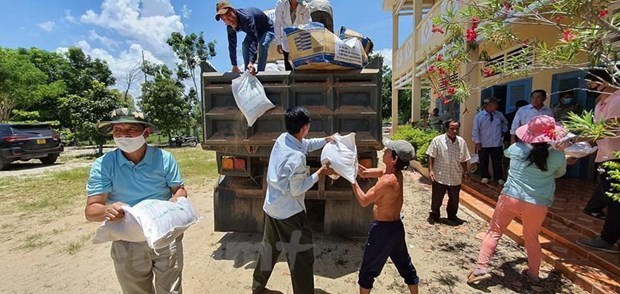 Can Tho sends gifts to Vietnamese-origin people in Cambodia hinh anh 1