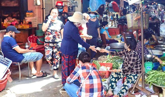 Strict COVID-19 preventive measures needed at HCM City's markets hinh anh 1