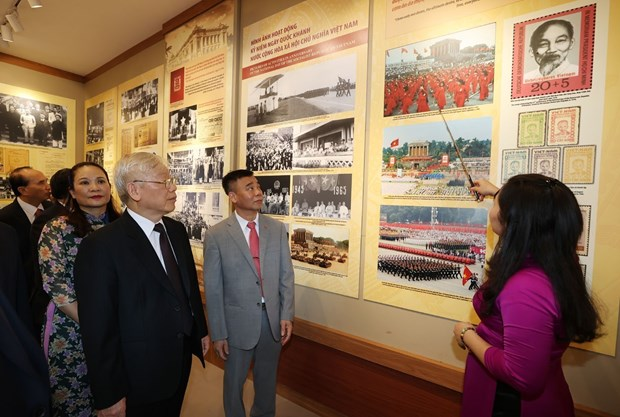 Top leader pays respect to late President Ho Chi Minh hinh anh 2