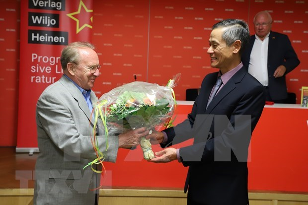 German journalist launches book on Ho Chi Minh's political biography in Berlin hinh anh 2