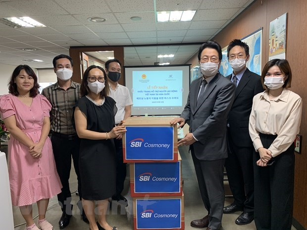 Korean firm presents face masks to Vietnamese workers hinh anh 1