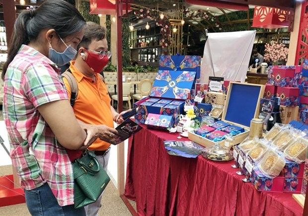 Mooncake producers begin selling well before Mid-Autumn Festival hinh anh 1