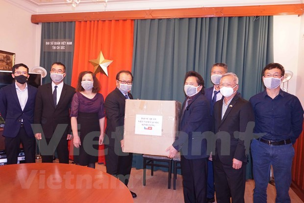 Embassy presents face masks to Vietnamese community in Czech Republic hinh anh 1