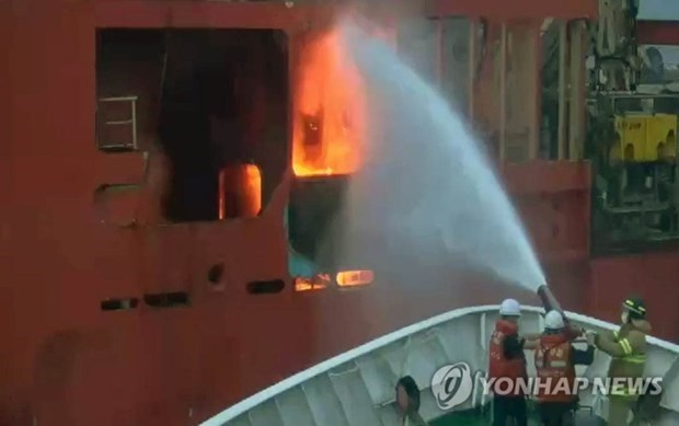 Fire breaks out on vessel in RoK waters with 10 Vietnamese on board hinh anh 1