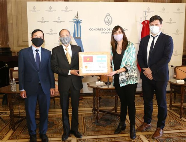 Argentine parliament receives gift from Vietnamese counterpart hinh anh 1
