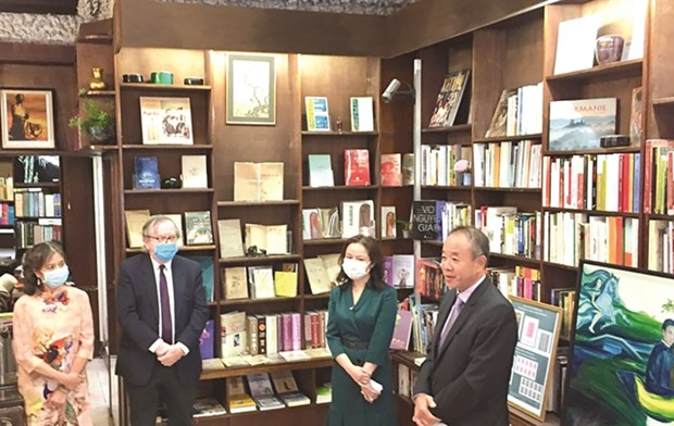 Translations of masterpiece displayed in Paris hinh anh 1