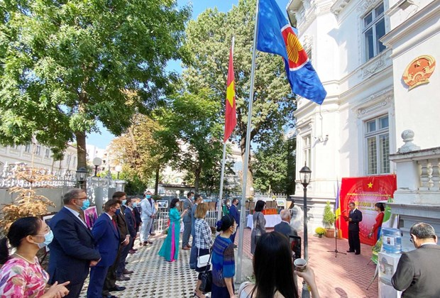 Photo exhibition introduces Vietnamese people, nation to Romanians hinh anh 1