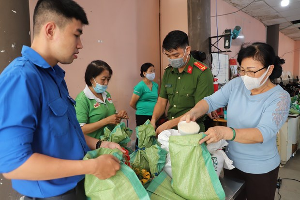 HCM City: residents swap trash for rice in fight against plastics hinh anh 1