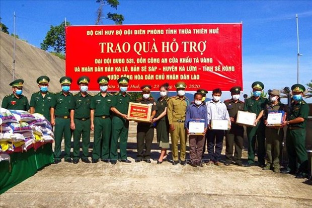 Gifts presented to Lao armed forces, border residents hinh anh 1