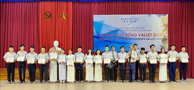 Over 200 Thua Thien-Hue students receive Vallet scholarships hinh anh 1
