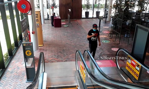 Malaysia: Shopping malls step up measures to curb COVID-19 pandemic hinh anh 1