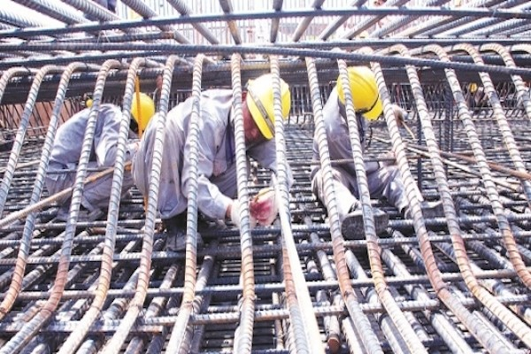 Steel industry expects consumption recovery by year-end hinh anh 1
