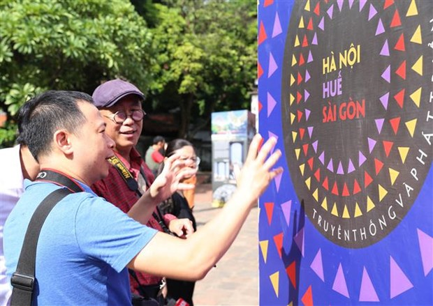 Hanoi hosts exhibition on sisterly major cities hinh anh 1