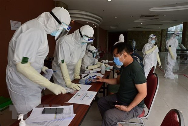 COVID-19 infections in six Indonesia provinces decline hinh anh 1