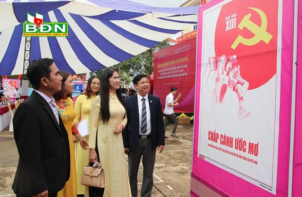 Dak Nong's poster exhibition marks National Party Congress hinh anh 1