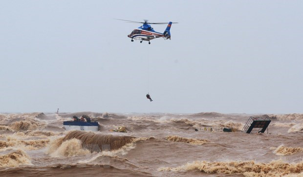 Severe floods hit central localities hinh anh 1