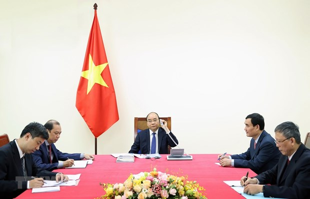 Vietnamese, Japanese Prime Ministers hold phone talks hinh anh 1