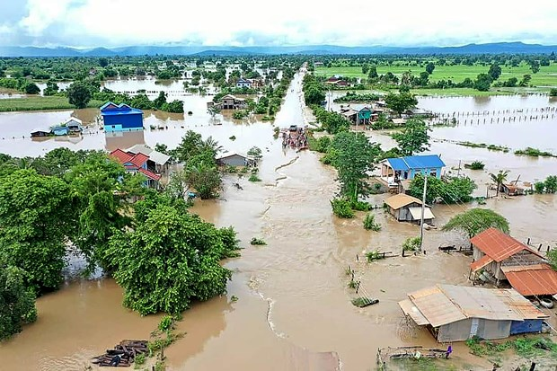 Floods wreak havoc in Cambodia hinh anh 1