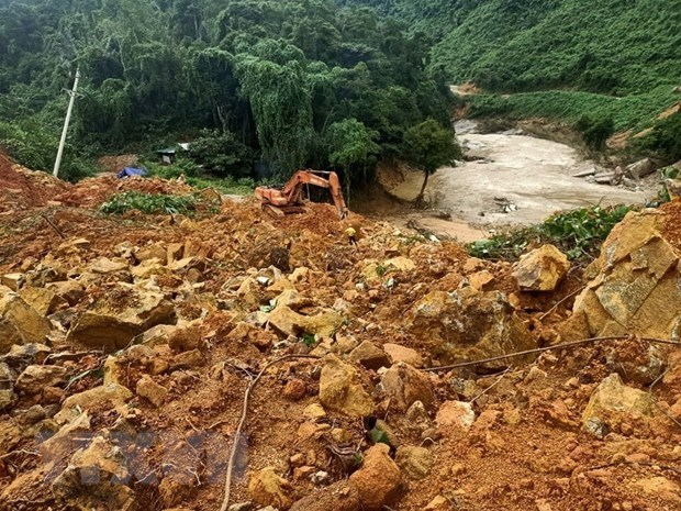 Bodies of 13 rescue team members pulled from landslide rubble hinh anh 1