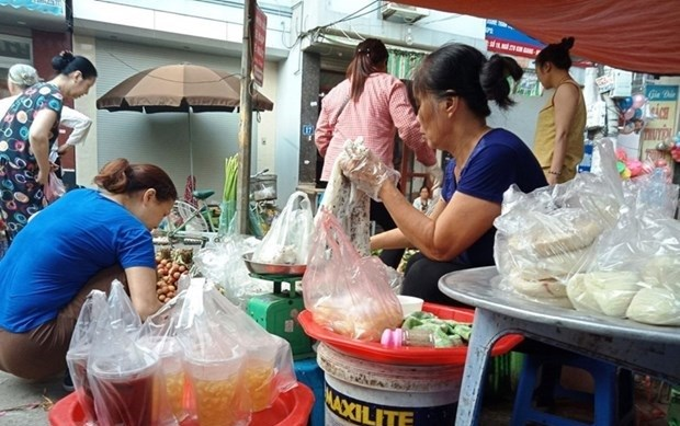 Despite campaign, Hanoi's markets still flooded with plastic waste hinh anh 1