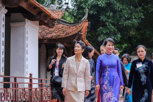 Wife of Japanese PM visits Temple of Literature, Vietnamese Women's Museum hinh anh 1