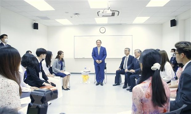 Japanese PM meets with students of Vietnam-Japan University hinh anh 1