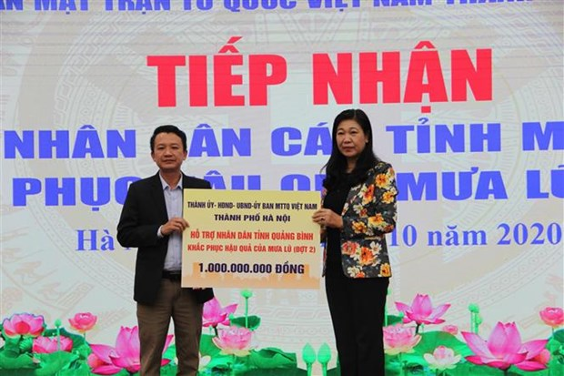 Aid comes for flood victims in central Vietnam hinh anh 2