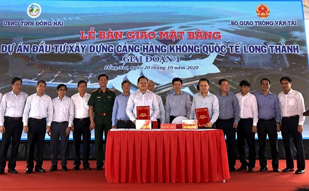 Dong Nai hands over land for Long Thanh airport to construction ministry hinh anh 1