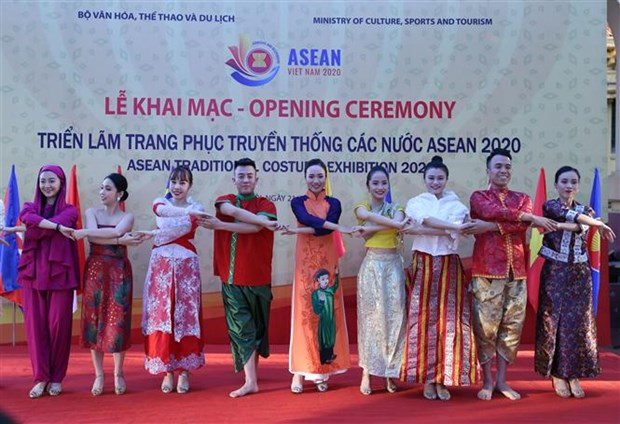 Exhibition of ASEAN traditional costumes opens in Hanoi hinh anh 1