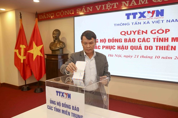 VNA donates to flood victims in central region hinh anh 1