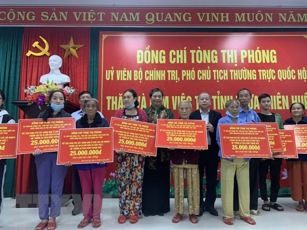 Aid rushed to flood victims in central region hinh anh 1