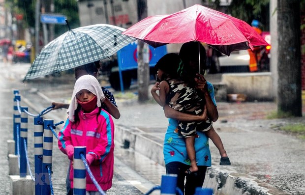 Typhoon Molave lashes Philippines' Luzon island, 12 fishermen missing hinh anh 1