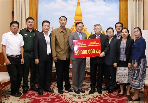 Vietnamese community supports Lao people to overcome flood consequences hinh anh 1
