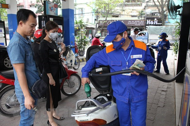 Prices of E5 RON92, RON95 petrol products down slightly hinh anh 1
