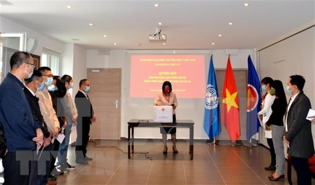 Vietnamese representative agencies abroad raise funds for flood-hit people hinh anh 1