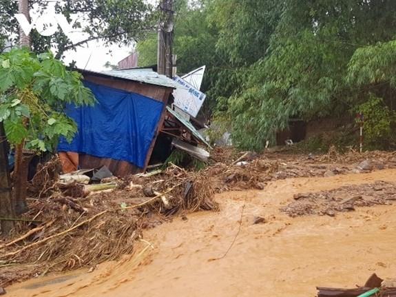 PM urges prompt rescue efforts after severe landslide hits central province hinh anh 1