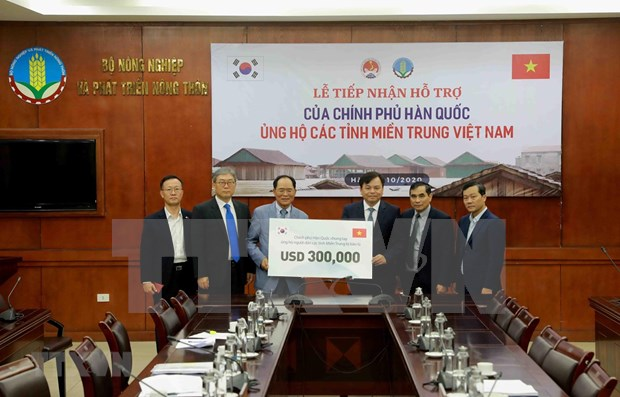 RoK offers 300,000 USD worth of cash relief to flood-hit central Vietnam hinh anh 1