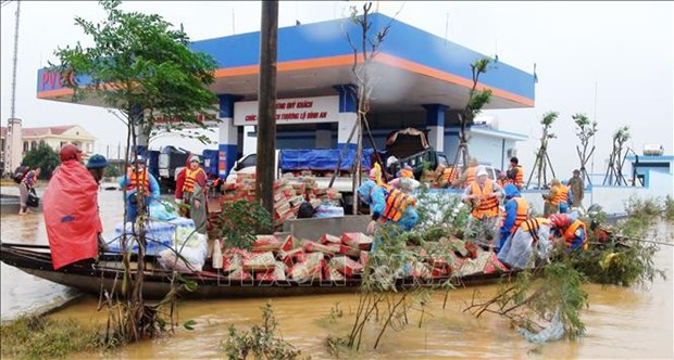 Vietnam Red Cross Society presents aid to flood victims hinh anh 1