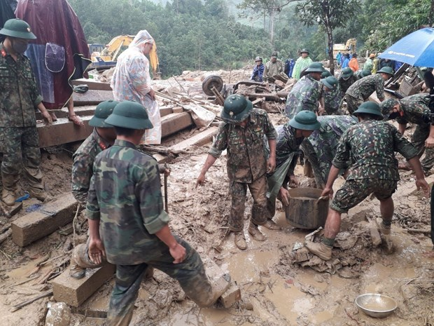 Rescuers race against time to find landslide victims in Quang Nam hinh anh 1