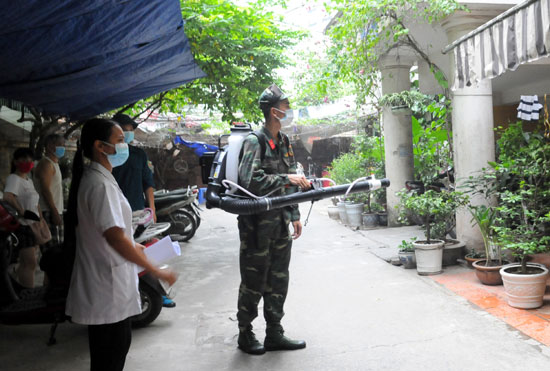Vietnam reports over 84,400 dengue fever cases in 10 months hinh anh 1