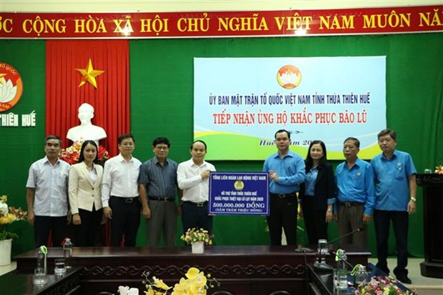 Aid continues coming to flood victims in central region hinh anh 1